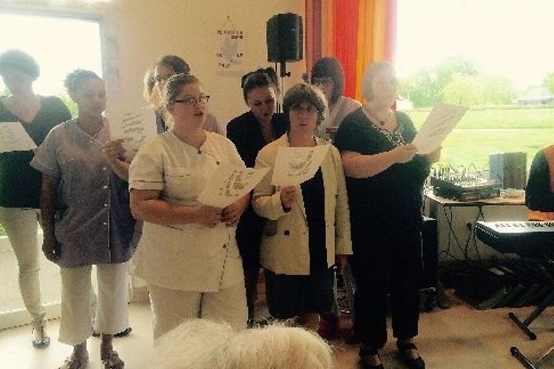 L'equipe soignante de la maison de retraite d'Evron accompagnée de Dominique au piano