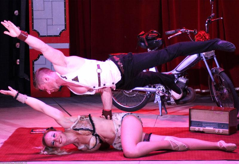 Equilibres et portés acrobatique au cirque Star