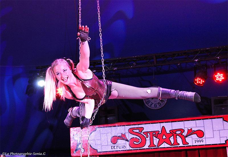 acrobate et tissus aérien au cirque Star